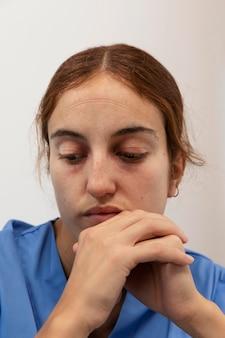 Close-up van vermoeide vrouw denken