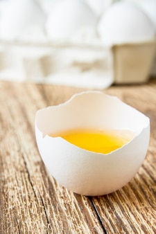 Close-up van vers eigeel op de achtergrond van eieren in document dienblad
