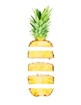 Close-up van vers gesneden ananas exotisch fruit geïsoleerd op wit