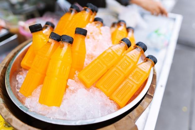 Close up van vers sinaasappelsap in plastic fles