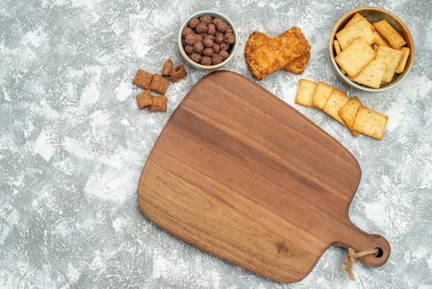 Close-up van verschillende koekjes met koekjes en snijplank op blauw