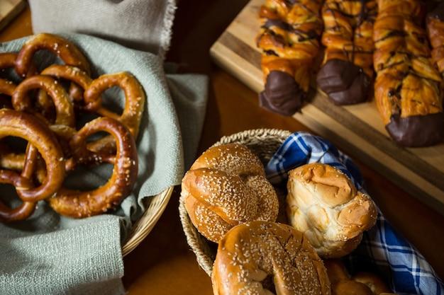 Close-up van verschillende soorten brood in een rieten mand op de toonbank