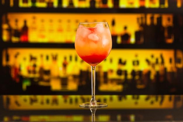 Close-up van verse cocktail op toog