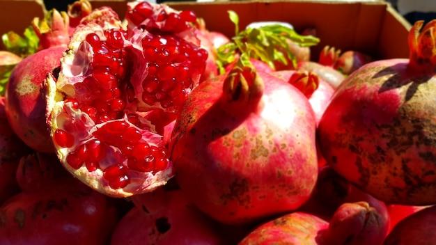 Close-up van verse granaatappels in een doos onder het zonlicht in de bazaar