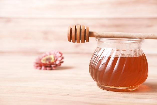 Close up van verse honing met lepel op tafel
