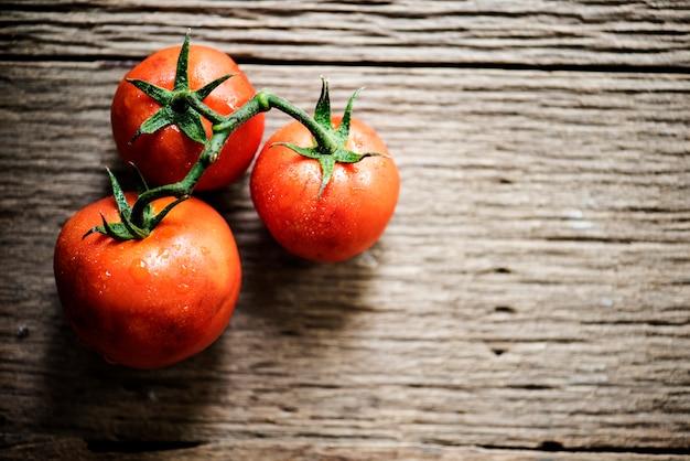 Close-up van verse organische tomaten op houten achtergrond