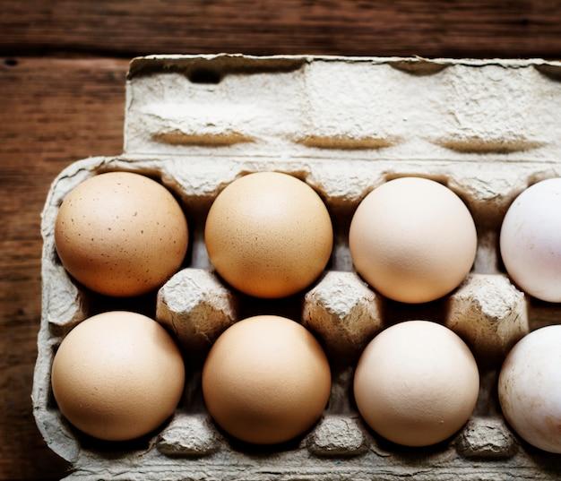 Close-up van verse organische verschillende eieren