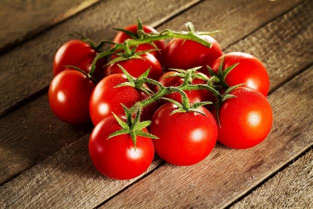 Close-up van verse smakelijke rode tomaten. zonnig daglicht. gezond eten of italiaans eten concept.