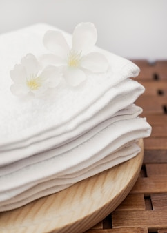 Close-up van verse witte bloemen en handdoek