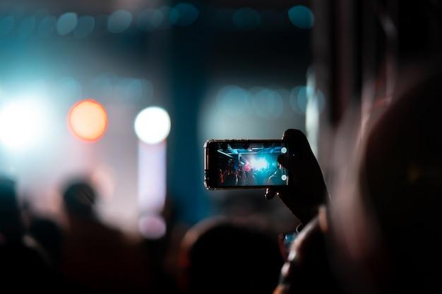 Close-up van video-opname met smartphone tijdens een concert. afgezwakt beeld