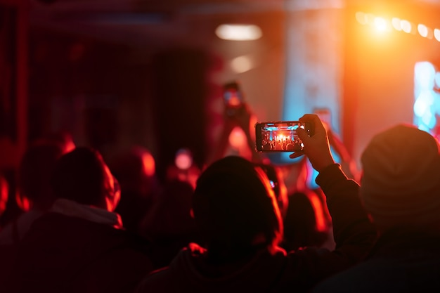 Close-up van video-opname met smartphone tijdens een concert.