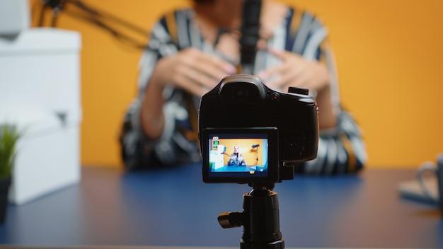 Close-up van videoblogger die abonnees opneemt en cadeau geeft. creatieve content maker sociale media ster influencer expert vlogger opname online internet web podcast cadeau voor publiek