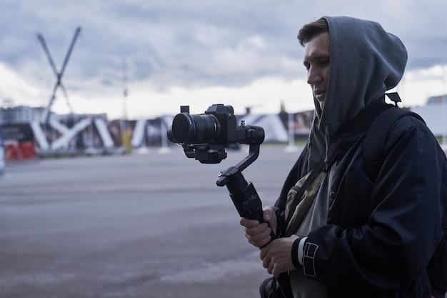 Close-up van videocamera-operator die met professionele apparatuur werkt