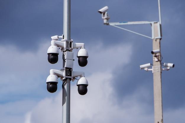 Close-up van vier camerabewaking cctv van de verkeersveiligheid op de weg in thecity