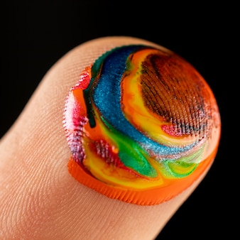 Close-up van vinger met verf
