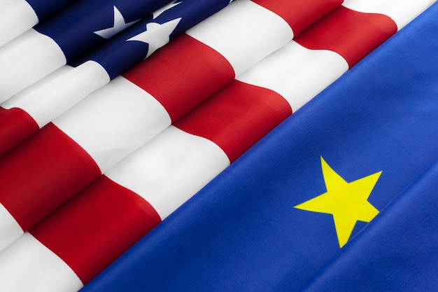Close-up van vlaggen van de vs en de europese unie liggen samen op tafel