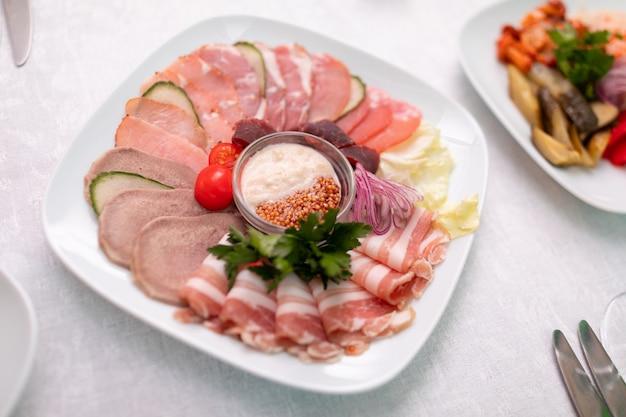 Close-up van vleessnacks op het vlahoofdkussen