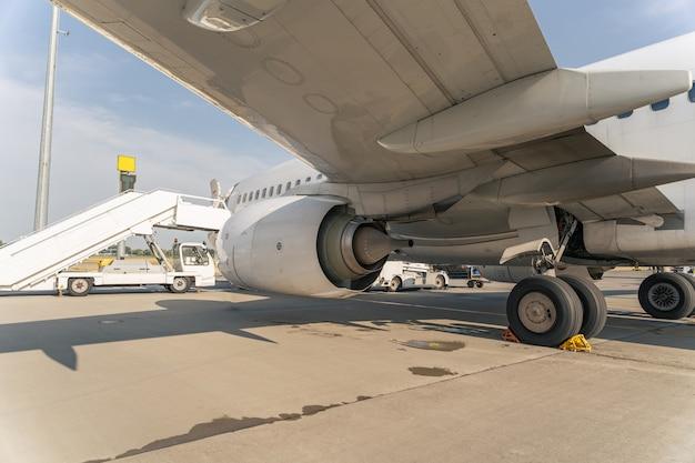 Close up van vliegtuigvleugel in luchthaven parking