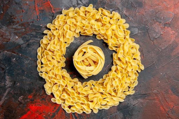 Close-up van vlinder pasta en spaggeti op gemengde kleurentafel