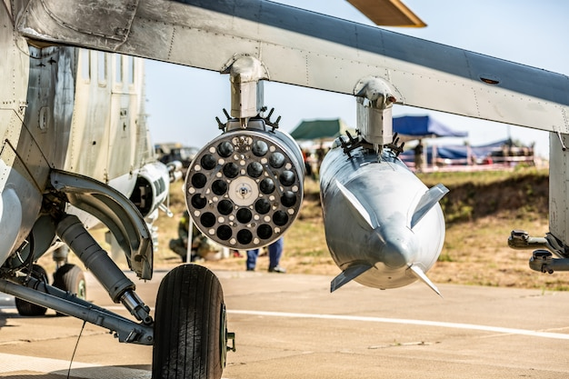 Close-up van volledig bewapende deel militaire helikopter. close-up van militair luchtvervoer met raket. legerbijl met raketten. lucht machten