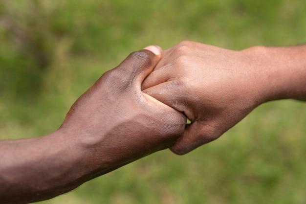 Close-up van volwassen hand met kind hand