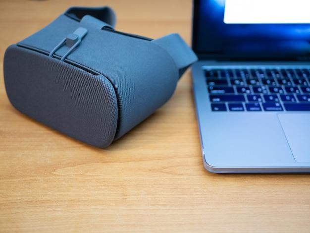 Close-up van vr-bril naast laptop
