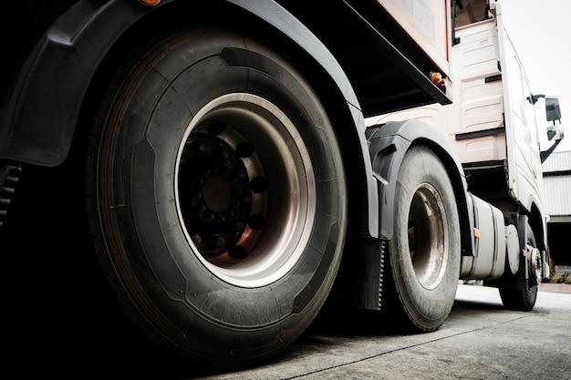 Close-up van vrachtwagenwielen van semi vrachtwagenaanhangwagen