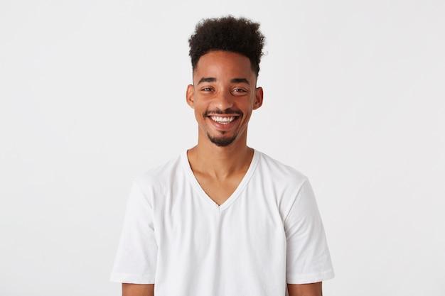 Close-up van vrolijke knappe afro-amerikaanse jonge man