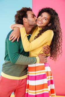 Close-up van vrolijke mooie afro-amerikaanse jonge paar zoenen en omarmen