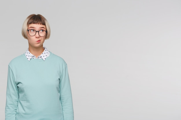 Close-up van vrolijke mooie jonge vrouw draagt blauw sweatshirt