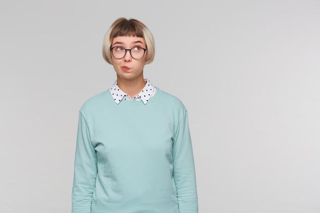 Close-up van vrolijke mooie jonge vrouw draagt blauw sweatshirt Gratis Foto