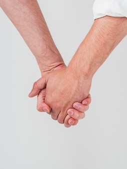 Close-up van vrolijke paar hand in hand