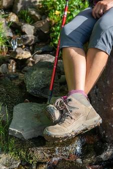 Close up van vrouw benen in wandelaar schoenen