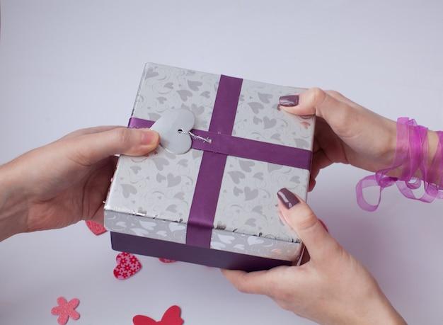 Close-up van vrouw die aanwezig zijn van zijn vriendje. valentijnsdag. liefde en cadeautjes.