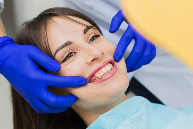 Close-up van vrouw die bij de tandarts glimlacht