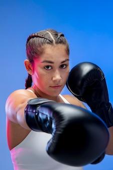 Close-up van vrouw die bokshandschoenen draagt