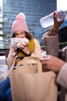 Close-up van vrouw die buiten eet