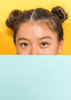 Close-up van vrouw die een blauwe kaart houdt
