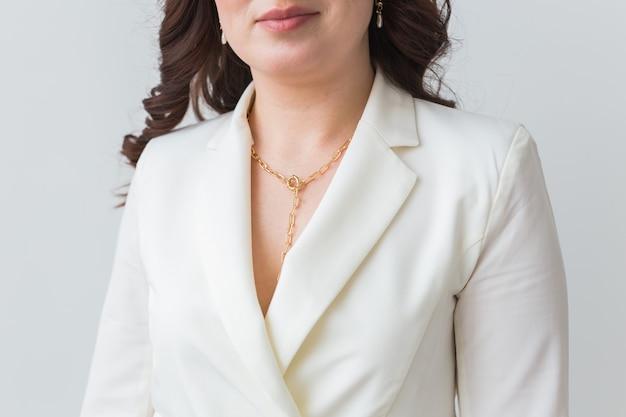 Close-up van vrouw die een gouden halsband draagt. sieraden, bijouterie en accessoires concept.