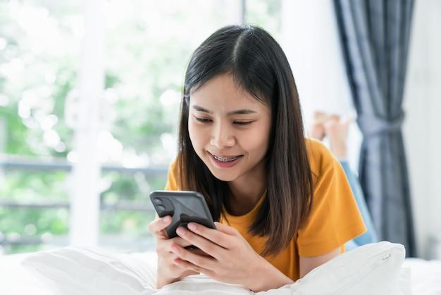 Close-up van vrouw die een smartphone houdt en online sociaal op levensstijl gebruikt. technologie voor communicatieconcept.