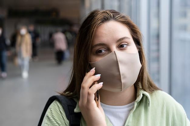 Close-up van vrouw die gezichtsmasker draagt