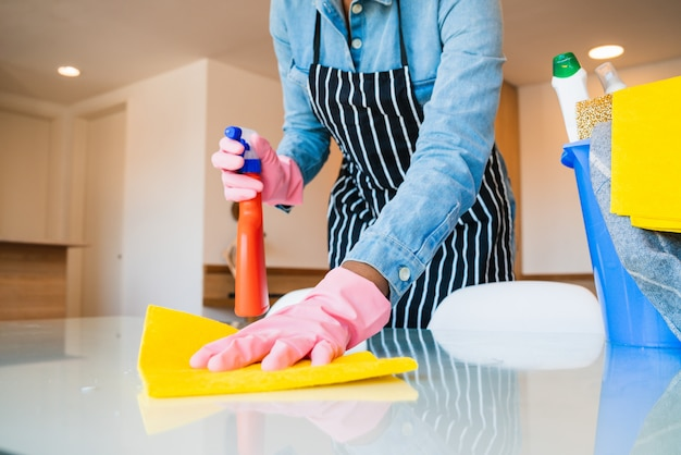 Close-up van vrouw die haar huis schoonmaakt.