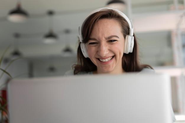 Close-up van vrouw die met een koptelefoon werkt