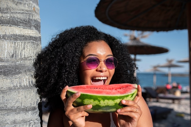 Close-up van vrouw die watermeloen eet