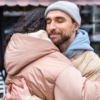 Close-up van vrouw en man knuffelen
