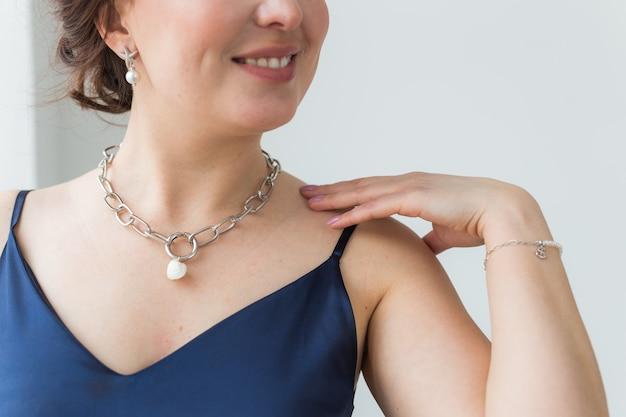 Close-up van vrouw, gekleed in een sieraden, bijouterie en accessoires.