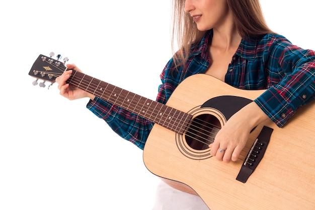 Close up van vrouw gitaarspelen in studio geïsoleerd op witte achtergrond