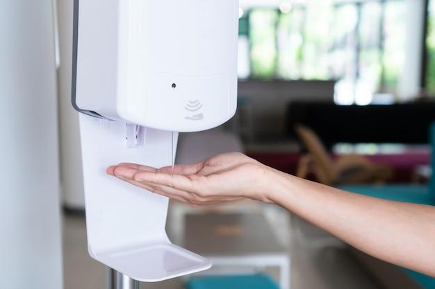 Close up van vrouw hand met behulp van alcohol gel desinfecterende handen