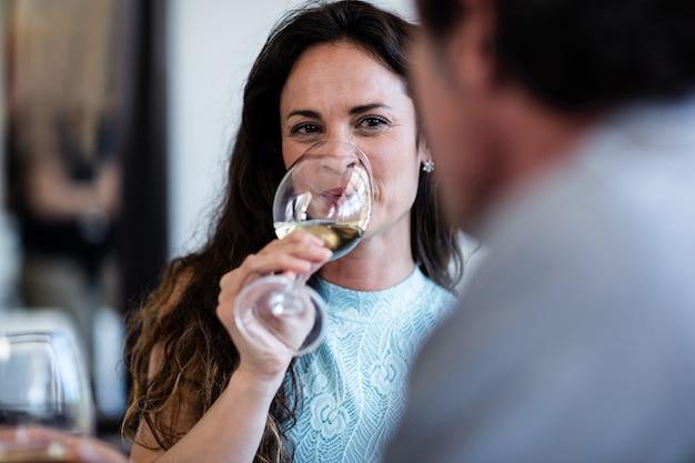 Close-up van vrouw het drinken wijn