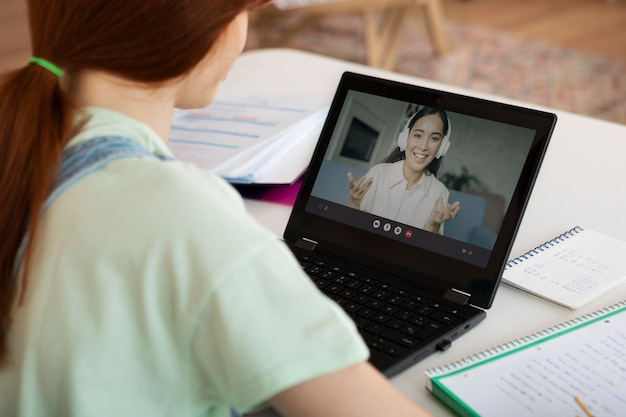 Close-up van vrouw in online les